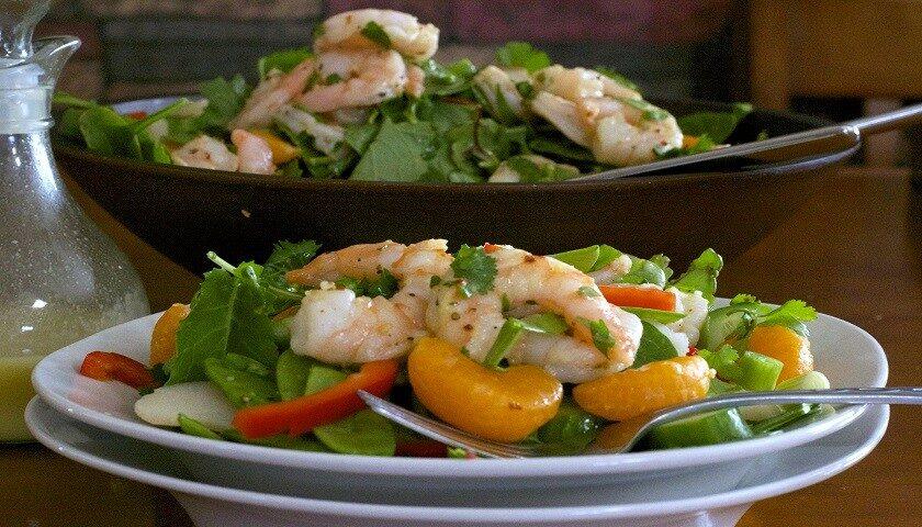 Американский салат со шпинатом и креветками