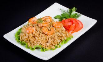 Рис жареный с креветками и курицей