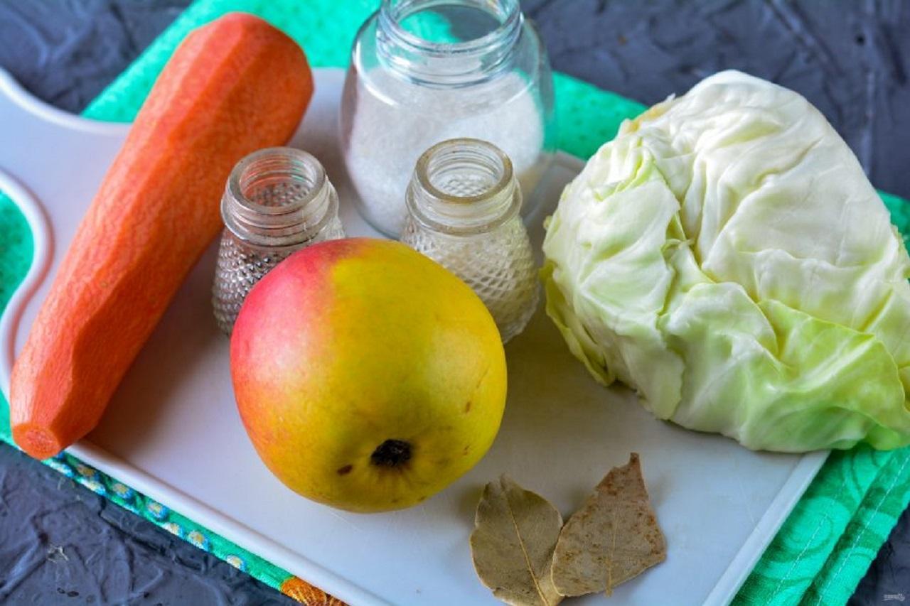 Домашние заготовки из капусты на зиму - капуста на яблочной «подушке»
