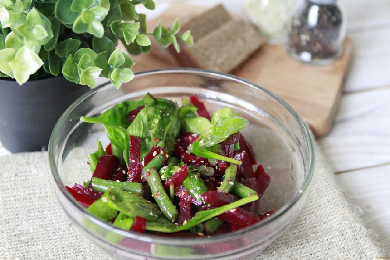 Свежий салат со свеклою и фасолью «Полезный»