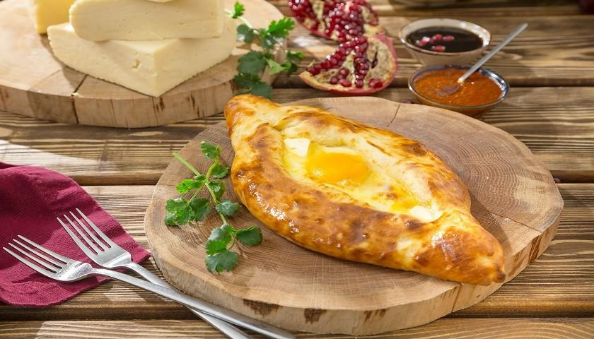 Хачапури с яйцами и сыром