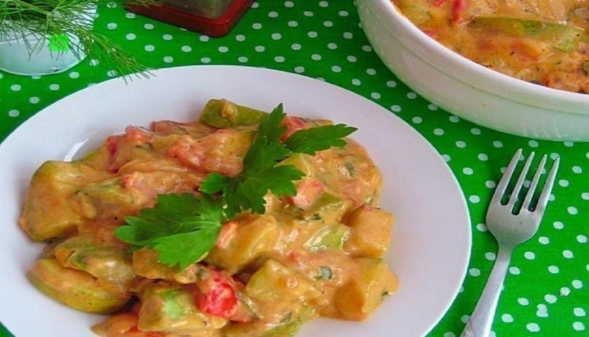 Овощное рагу в сметанном соусе