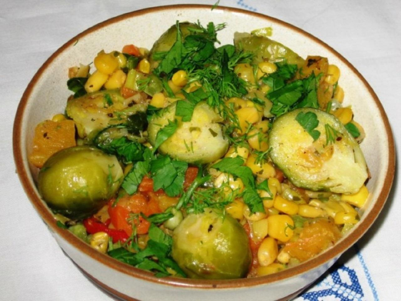 Рагу с брюссельской капустой, кукурузой и тыквой