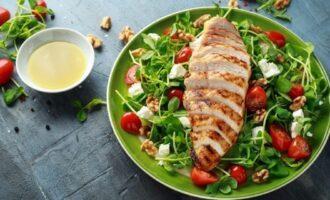 Салат с жареной куриной грудкой, овощами и фетой