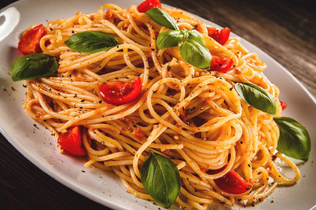 Итальянская паста с помидорами и базиликом