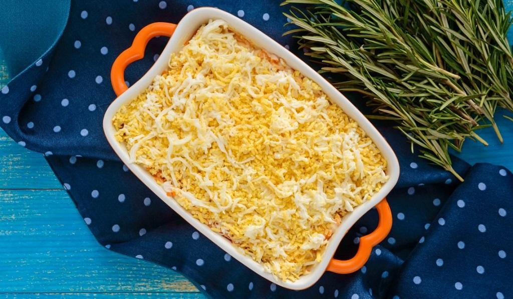 Салат «Мимоза» с грушей и сыром