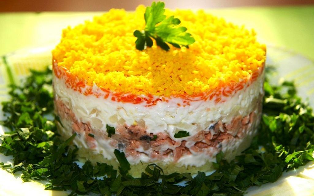 Салат «Мимоза» с сыром и рисом