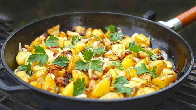 Жареный картофель с розмарином, тмином и луком