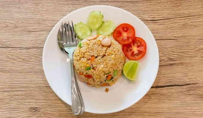 Жареный рис с яйцами и сосисками