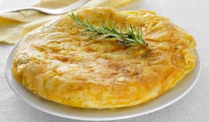 Омлет с сыром и хлебом