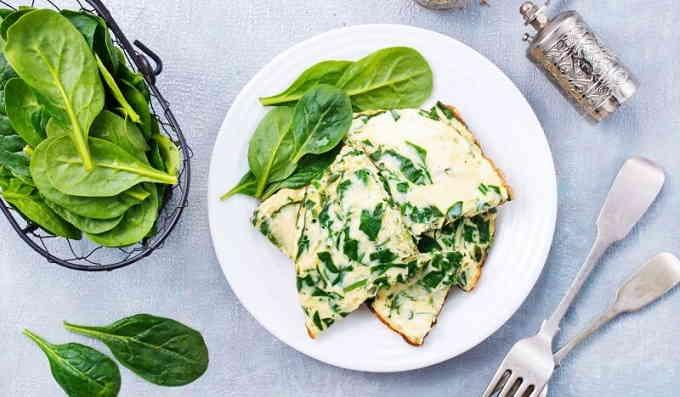 Омлет со шпинатом и сыром на сковороде