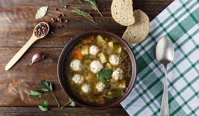 Суп с рыбными фрикадельками и зелёным горошком