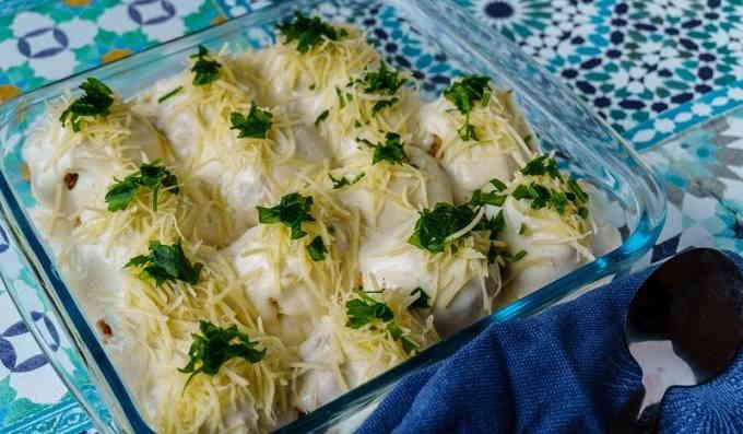 Фаршированные яйца, запечённые под соусом бешамель
