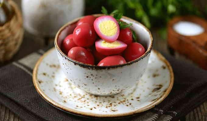 Розовые маринованные яйца