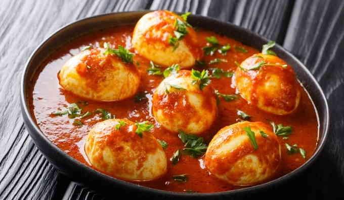 Варёные яйца в томатном соусе