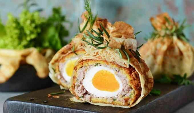 Яйца по-шотландски в блинных мешочках