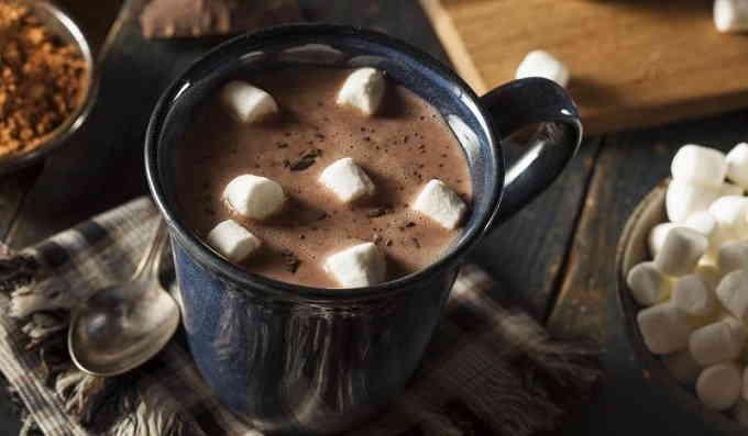 Что приготовить на завтрак - какао с шоколадной бомбой