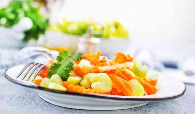 Лёгкий салат из стеблевого сельдерея и моркови