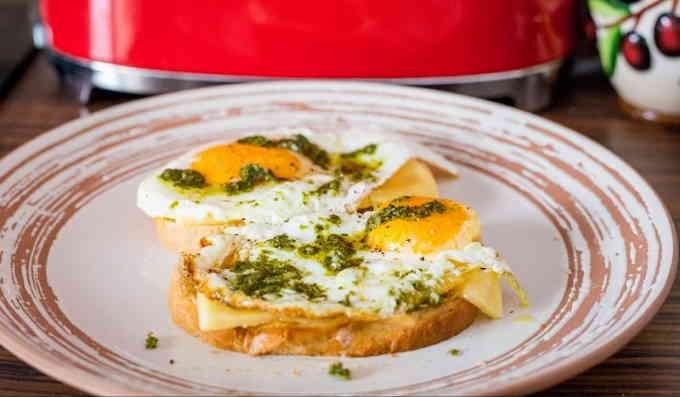 Яйца с песто — классный завтрак за 5 минут