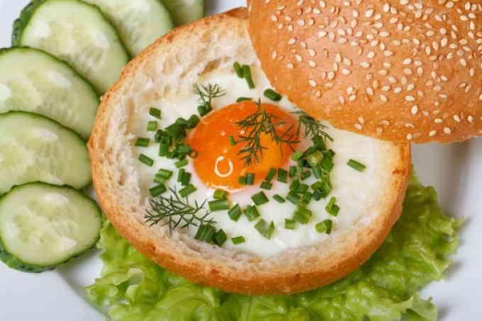 Блюда в духовке - яйцо в булочке