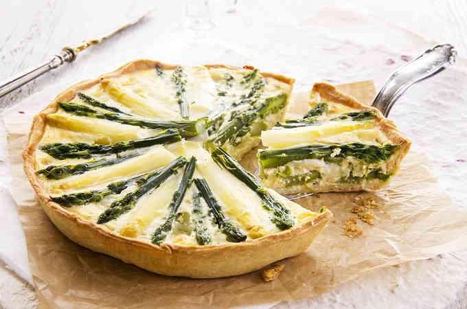Пирог-галета с зеленью и спаржей