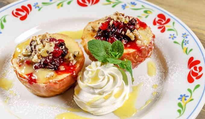 Яблоки, запечённые с орехами и мёдом