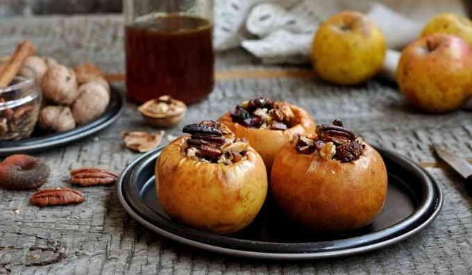Яблоки, запечённые с овсянкой, орехами, финиками и мёдом