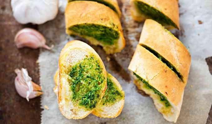 Чесночный домашний хлеб на дрожжах с зеленью